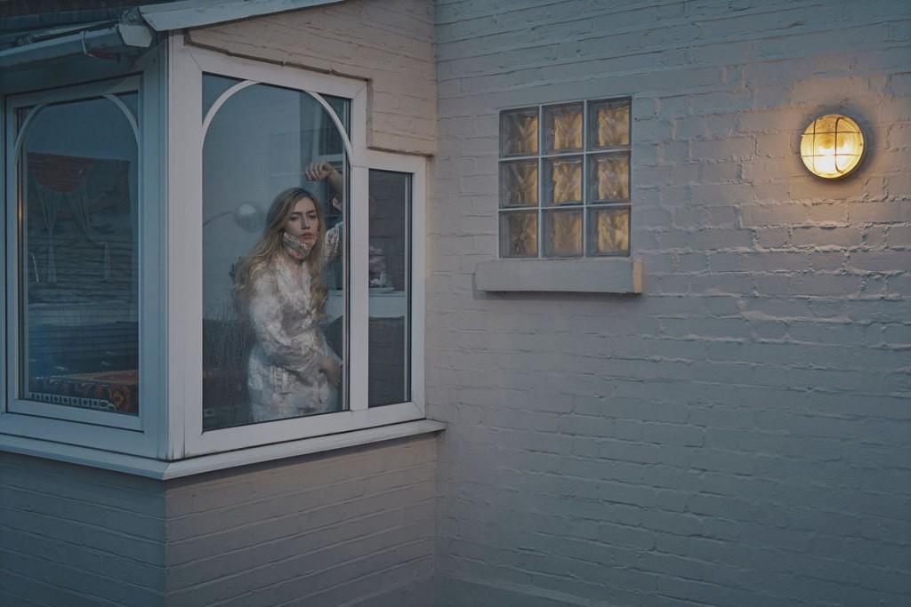 Julia Fullerton-Batten از بریتانیا. از مجموعهی «به بیرون نگریستن از درون». یکی از 10 برگزیده مسابقه عکاسی برگزیده منتقدان لنزکالچر 2020