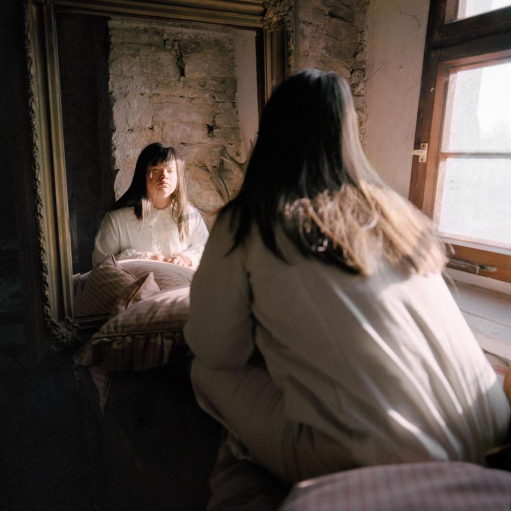 Snezhana von Büdingen از آلمان. از مجموعهی «ملاقات با سوفی». یکی از 10 برگزیده مسابقه عکاسی برگزیده منتقدان لنزکالچر 2020