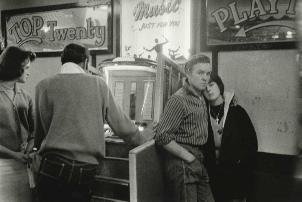 بروس دیویدسن. نوجوانان و جوکباکس، هِیسْتینْگْز، انگلستان، 1960