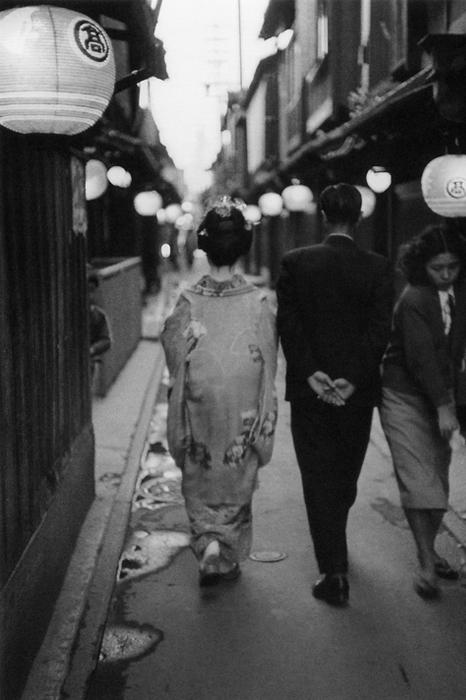 ایهئی کیمورا. گیشا در کنار یک مرد، پُنتو-چو، کیوتو، 1966