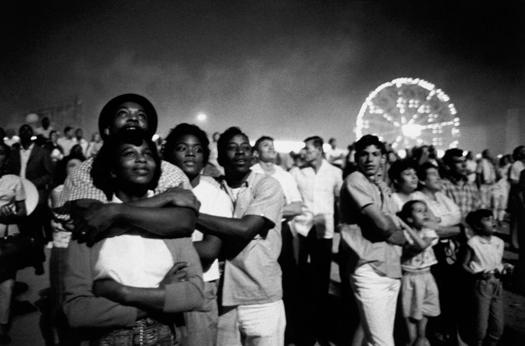 بروس دیویدسن. از مجموعهی «زمان تغییر» (آتشبازی چهارم جولای [روز استقلال آمریکا از بریتانیا]، کُنی آیلند، نیویورکسیتی)، 1962