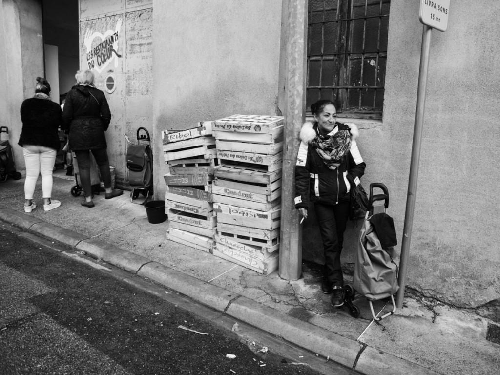 Axelle de Russé. رامونا هر دوشنبه به فود بانک (جایی که افراد فقیر در آن میتوانند رایگان غذا بگیرند) میرود. این تنها گزینهی اوست چرا که نه حمایت خانوادگی دارد، نه مستمری و نه حساب بانکی. کارکاسون، نوامبر 2019