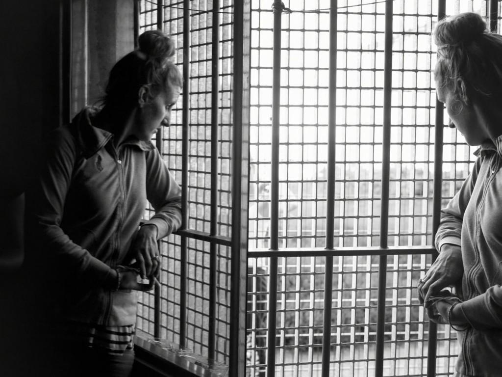 Axelle de Russé. آدلین، در سلولی در زندان زنان در حال سپری کردن حکم چهار سالهاش. زندان ژولاویل، اکتبر 2017 «وقتی به زندان میافتی، به خانهی اول بر میگردی. مغزت را ریسِت میکنی، چون زندگیات دیگر اصلاً مثل قبل نخواهد بود.»