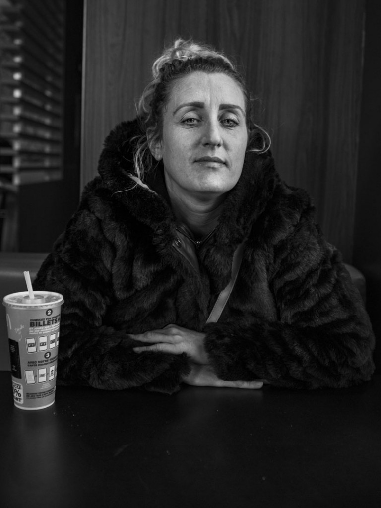 Axelle de Russé. آدلین مغرورانه کتی را پوشیده که از دوست پسرش برای تولد 36 سالگی هدیه گرفته. بالآخره نشانهای از لبخند در او پدیدار شد. تروا، نوامبر 2019