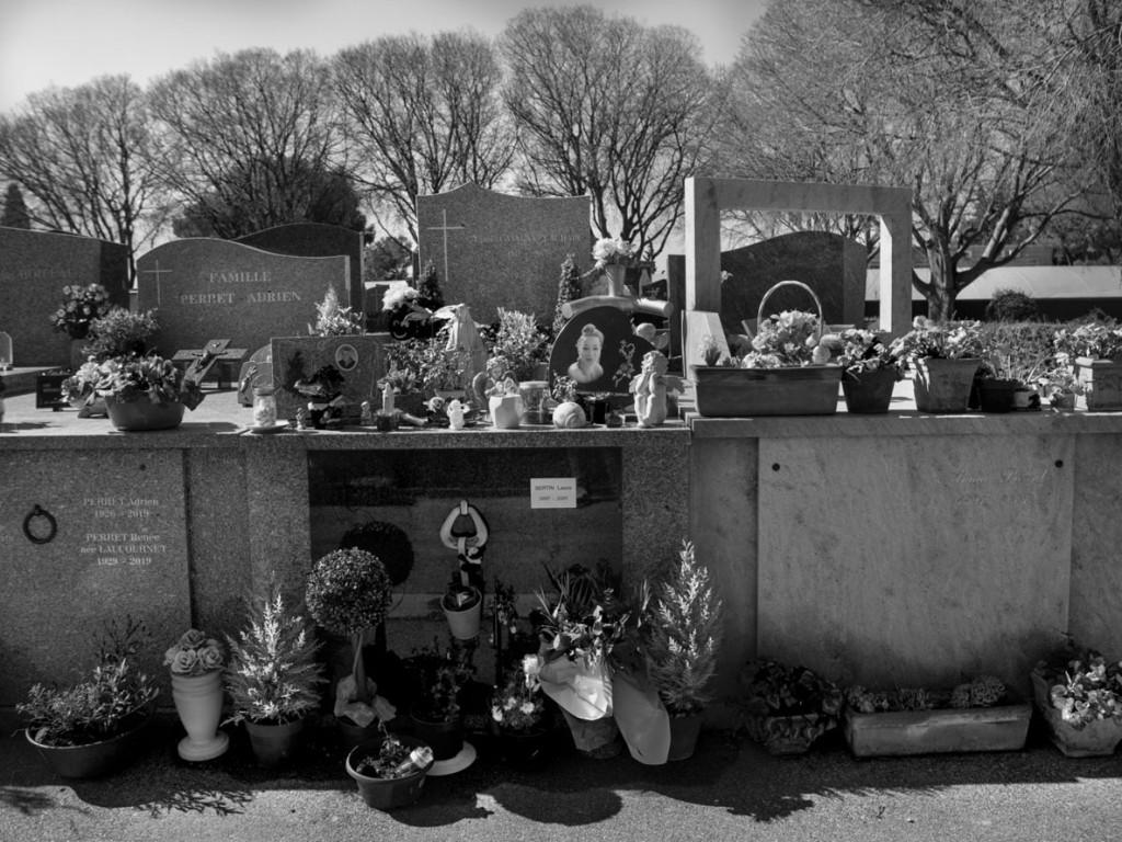 Axelle de Russé. لارا در 12 می 2019 توسط دوست پسرش کشته شد، یک سال پس از آزادیاش از زندان. او در جنوب فرانسه خاک شده، دور از مادر و خواهرانش که تنها یک بار توانستهاند از مزارش دیدن کنند. مارس 2020