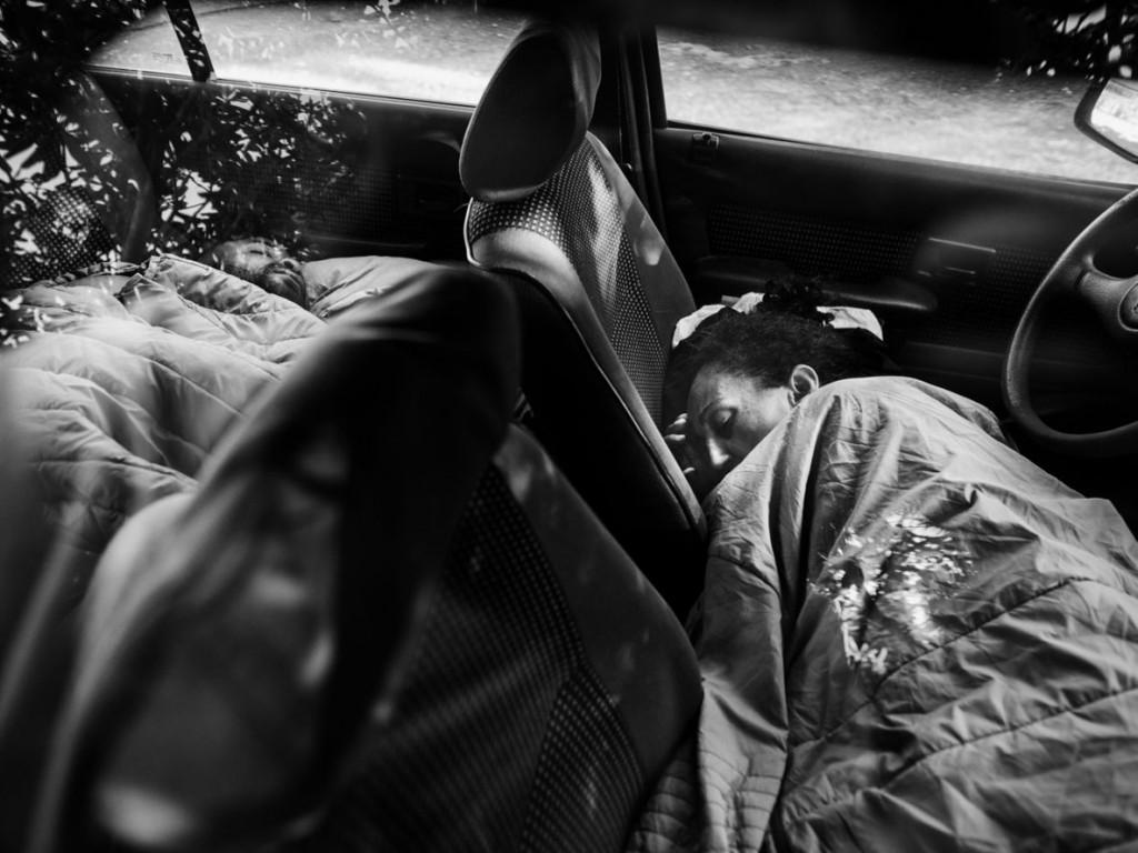 Axelle de Russé. رامونا چند ماه پس از آزادی با ژوردان 27 ساله آشنا شد. آنها درون ماشین رامونا که از پدرش به او رسیده زندگی میکنند. ناربُن، سپتامبر 2019