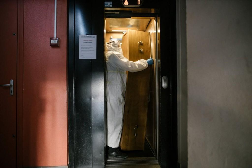 Laurence Geai. کارکنان خانه کفنودفن Santilly آمدهاند تا جسد زنی که در خانه فوت شده را ببرند، پانتن، فرانسه، 23 آوریل 2020
