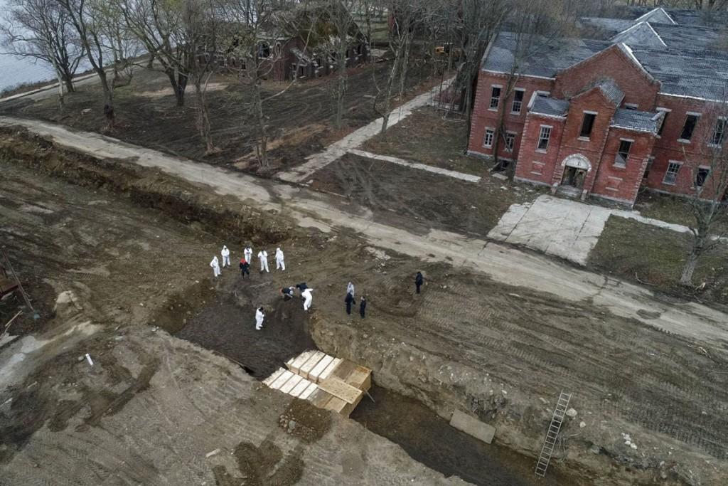 John Minchillo از اسوشیتدپرس. دفن قربانیان کرونا. هارت آیلند (برانکس)، نیویورکسیتی، آمریکا، 9 آوریل 2020