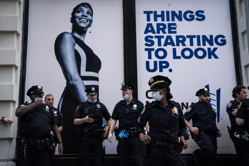 Jabin Botsford از واشینگتن پست. افسران پلیس در حال دیدبانی در پی راهپیمایی اعتراضی علیه مرگ جورج فلوید. نیویورک، 30 می 2020