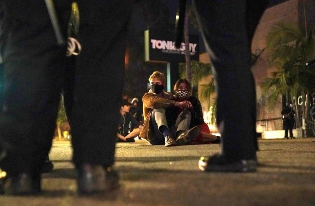 Kent Nishimura از لسآنجلس تایمز. معترضان منتظرند که دستگیر شوند. لسآنجلس، کلیفرنیا، 30 می 2020