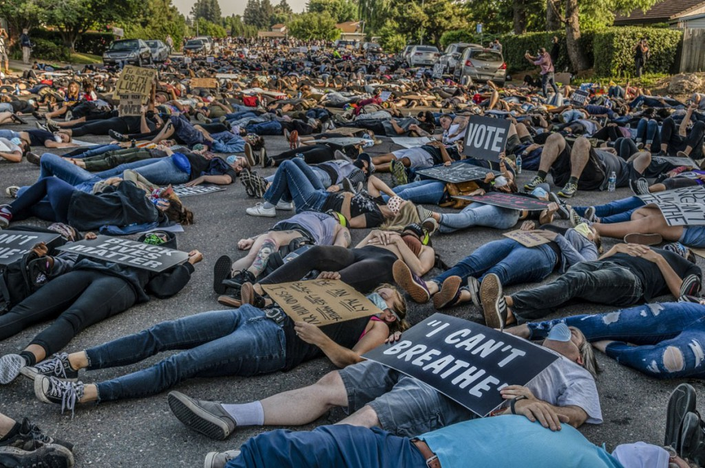 Renee C. Byer از سکرامنتو بی. بیش از 2000 نفر در اعتراضات «die-in» که از سوی Black Lives Matter Sacramento ساماندهی شده بود شرکت کرده و خیابانها و تقاطعها را برای ساعتها سد کردند. سکرامنتو، کلیفرنیا، 5 ژوئن 2020