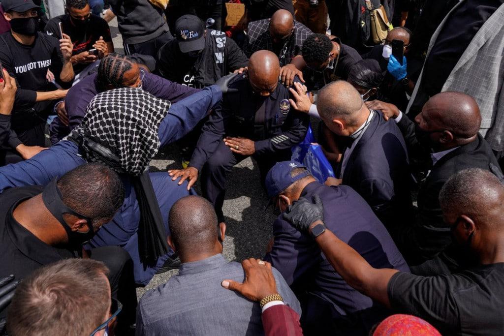 Kent Nishimura از لسآنجلس تایمز. طی یک راهپیمایی در مرکز شهر لسآنجلس، فرمانده پلیس لسآنجلس جرالد وودیارد در کنار معترضان و کشیشان زانو زده است. لسآنجلس، کلیفرنیا، 2 ژوئن 2020