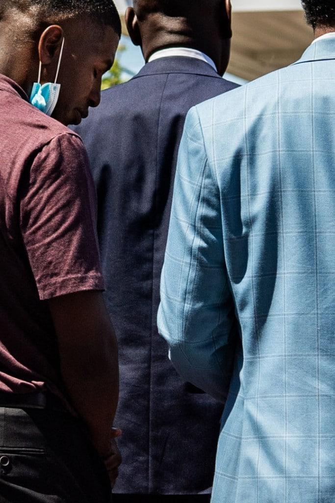 Salwan Georges از واشینگتن پست. کوئینسی مِیسن فلوید (سمت چپ)، پسر جرج فلوید، طی یک کنفرانس مطبوعاتی در محل کشته شدن پدرش سرش را پایین انداخته، مینیاپلیس، مینسوتا، 3 ژوئن 2020