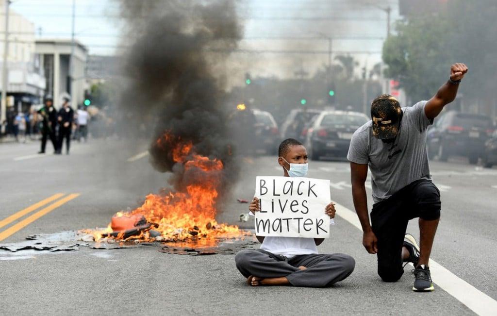 Wally Skalij از لسآنجلس تایمز. معترضان در میان خیابان، لسآنجلس، کلیفرنیا، 30 می 2020