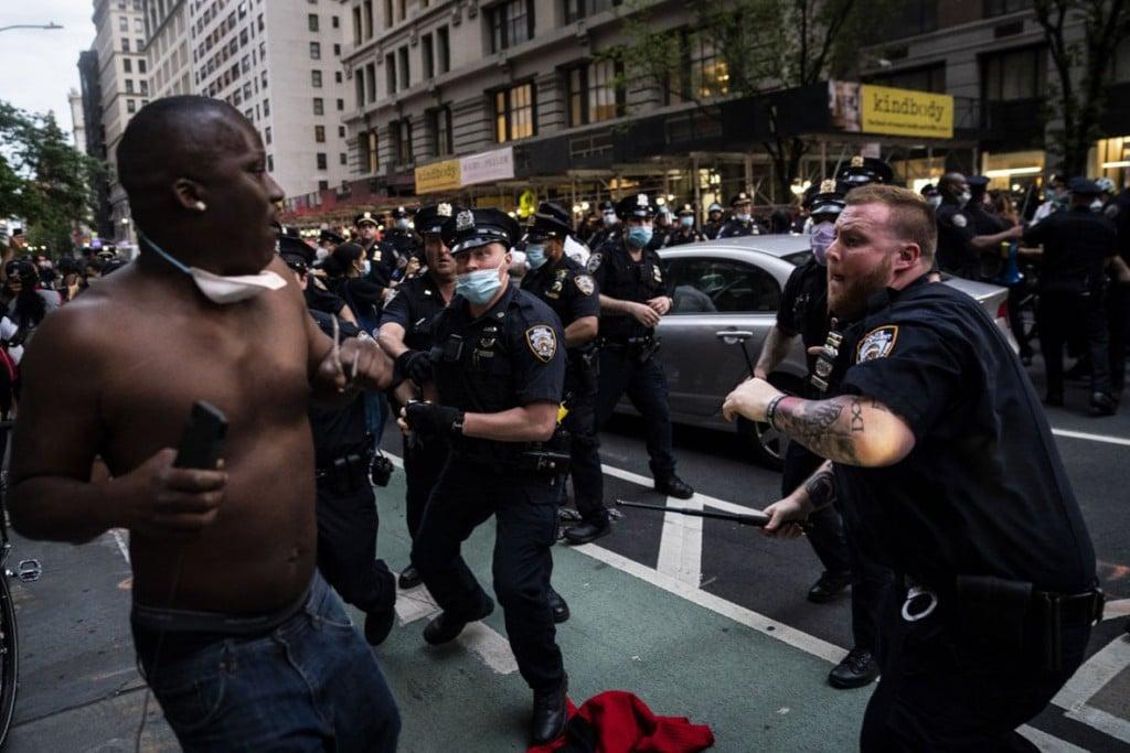 Jabin Botsford از واشینگتن پست. درگیری افسران پلیس و معترضان. مرکز شهر نیویورک، 30 می 2020