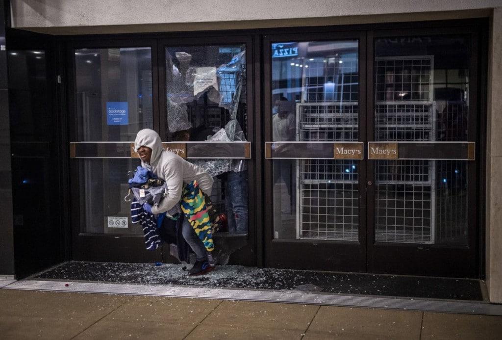 Daniel Kim از سکرامنتو بی. دزدی از فروشگاه زنجیرهای مِیسیز در مرکز شهر سکرامنتو در روز اعتراضات پس از مرگ جرج فلوید. سکرامنتو، کلیفرنیا، 30 می 2020