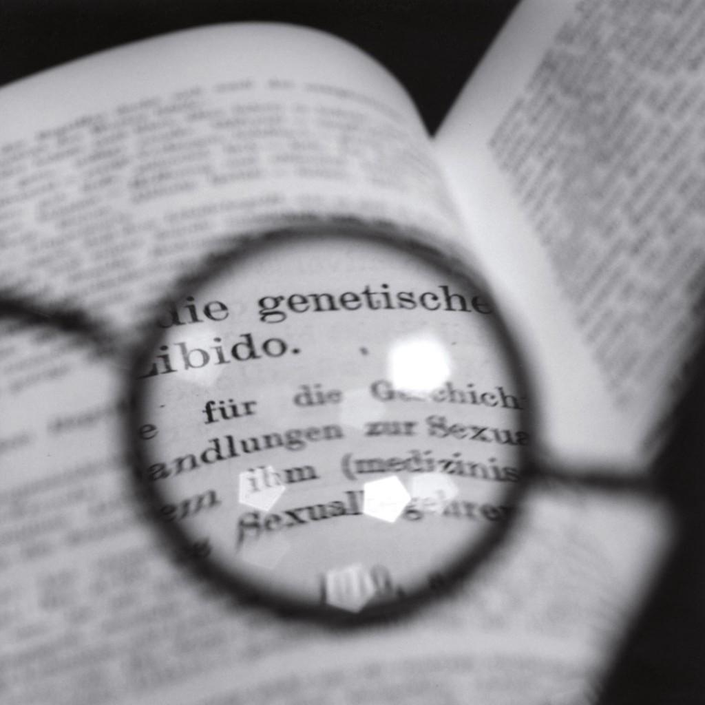 توموکو یوندا. عینک فروید در حال تماشای متنی از یونگ (شماره 2)، 2003، از مجموعهی «میان پیدا و ناپیدا»