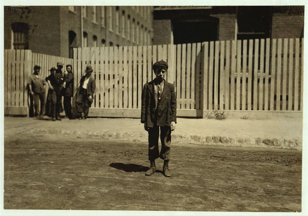 لوئیس هاین. نیو بِدفُرد، مساچوستس، آگوست 1911  آرتور ساراسین در نساجی کار میکند. در خانهاش گفتهاند که او هفته گذشته چهارده ساله شده.