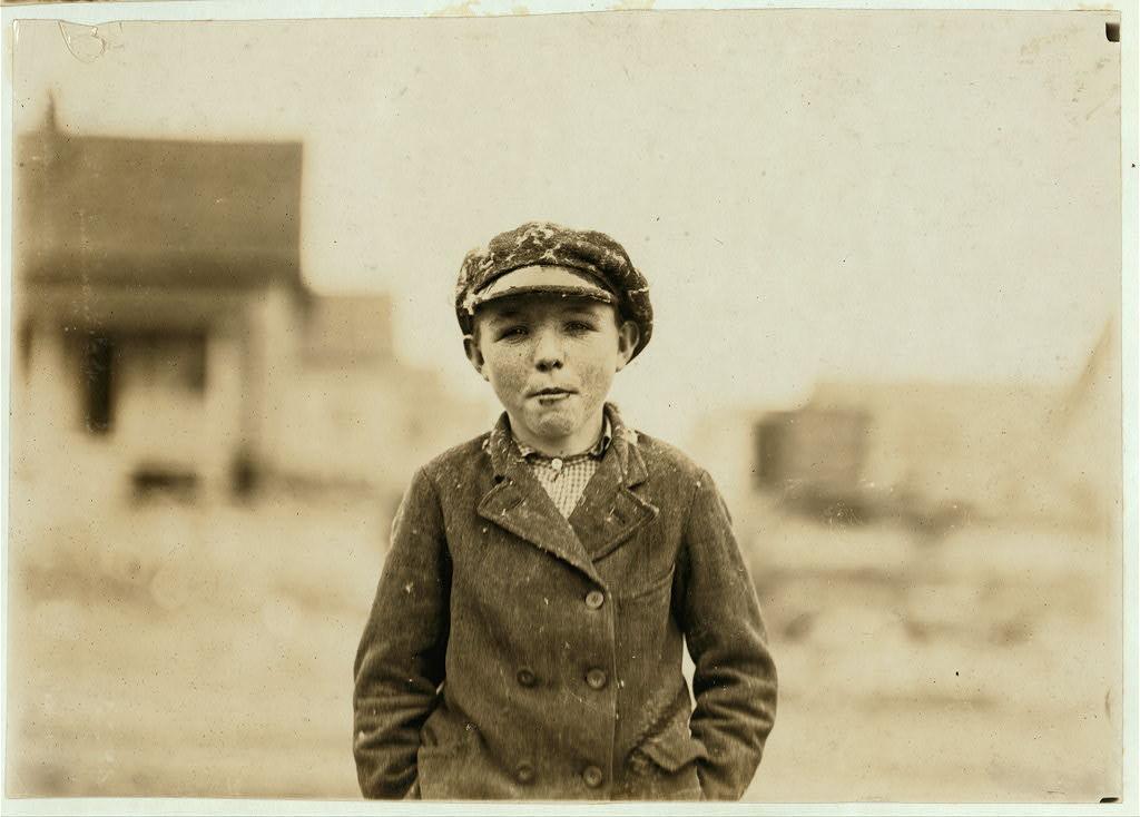 لوئیس هاین. گاستُنیا، کرلینای شمالی، اکتبر 1908 پسری از کارخانه لُرِی. «درست دو ساله آنجا هستم.»