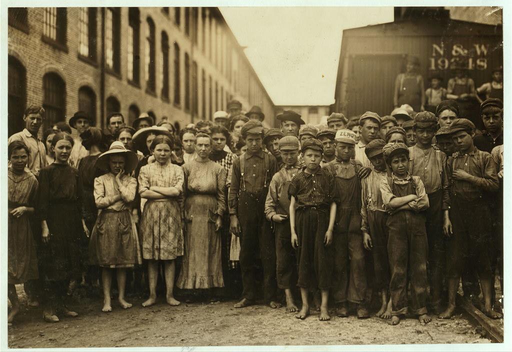 لوئیس هاین. فرایس، ویرجینیا، می 1911 برخی از کودکانی که در کارخانه نخریسی واشینگتن کار میکنند. سرپرست آنها را برای عکاسی جمع کرده. او گفته: «این پسرها خیلی بد هستند.» وقتی از آنها پرسیدم همهشان گفتند که چهارده سال یا بیشتر دارند.
