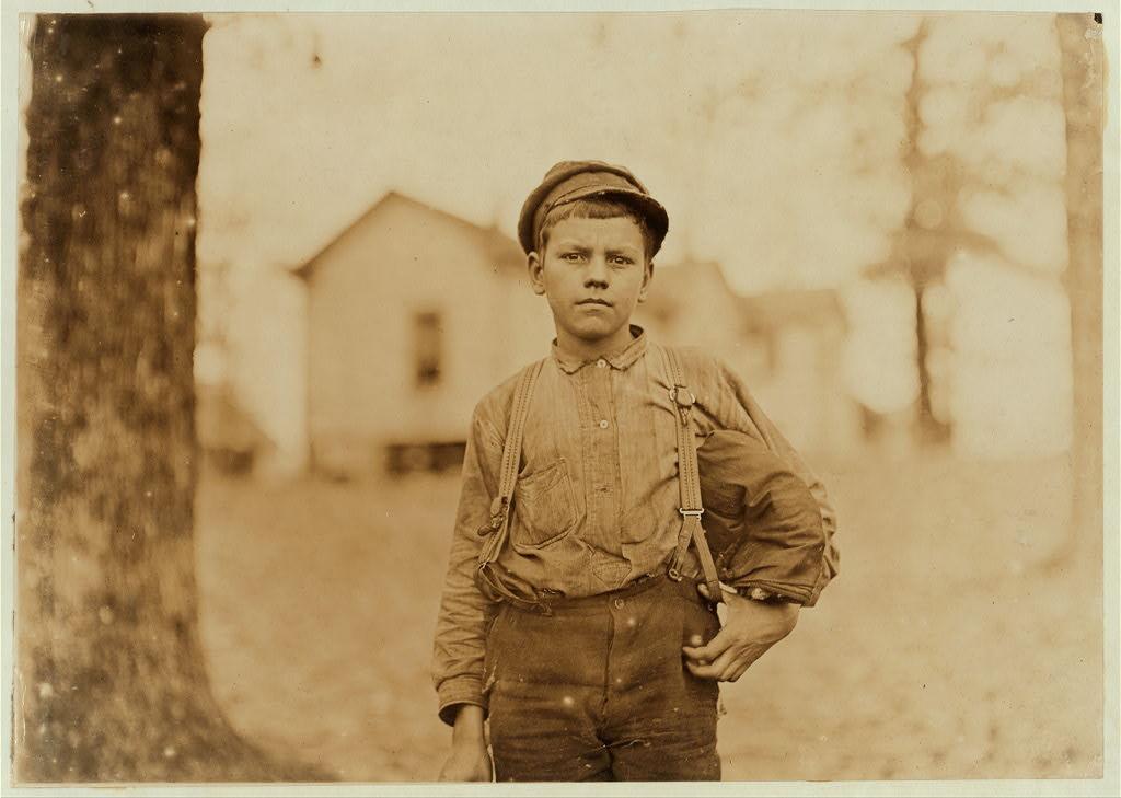 لوئیس هاین. کارخانه اسپرینگستاین، چستر، کرلینای جنوبی، نوامبر 1908 آرچی لاو (بعد از منمن کردن) گفته: «چهارده سال دارم.» اما این طور به نظر نمیرسد. سه سال است که در کارخانه کار میکند. پنج ماه اول را شبها کار میکرد.