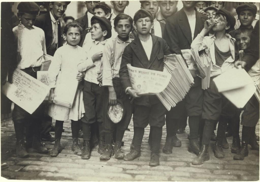 لوئیس هاین. جمعی از روزنامهفروشان، یک دختر هم در میانشان است، 1910