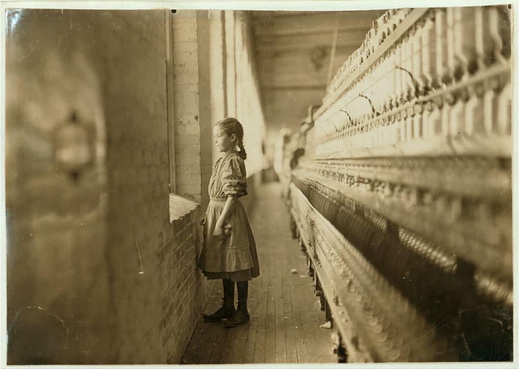 لوئیس هاین. کارخانه رُدس، لینکنتن، کرلینای شمالی، نوامبر 1908 نخریس کارخانه برای لحظاتی به بیرون چشم دوخته. او گفته 10 سال دارد و بیش از یک سال است که کار میکند.
