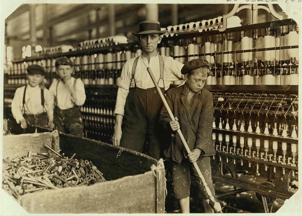 لوئیس هاین. نظافتچی در کنار کارگران، کارخانه نخریسی لنکستر، کرلینای جنوبی، دسامبر 1908 بسیاری کودک دیگر نیز آنجا کار میکنند.