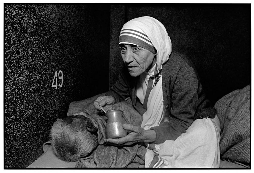مری الن مارک. مادر ترزا در حال غذا دادن به یک مرد در Home for the Dying، خیریه مادر ترزا در کلکته، هند، 1980