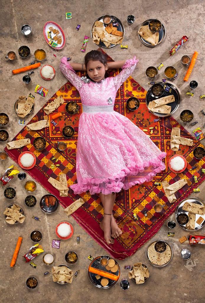 Gregg Segal از آمریکا. از مجموعهی «چهار قاره: کودکان چه میخورند (اگر چیزی برای خوردن داشته باشند)». از مجموعههای شایسته تقدیر مسابقه عکس سال یونیسف 2019