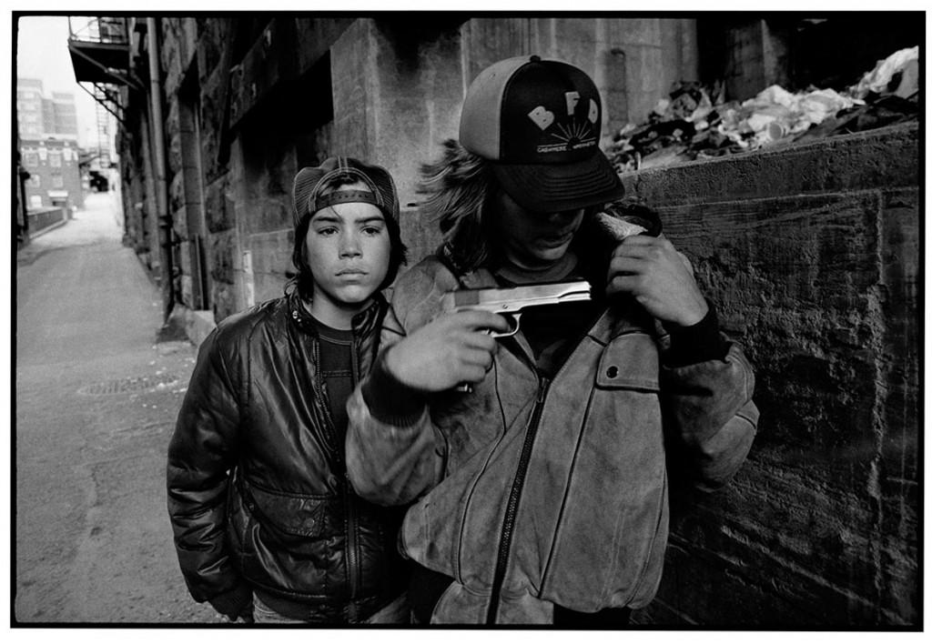 مری الن مارک. «رَت» و مایک هفتتیر به دست، سیاتل، 1983
