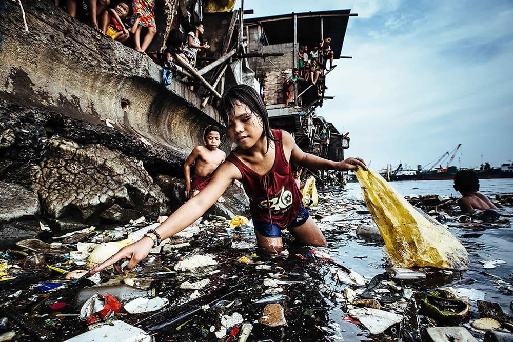 Hartmut Schwarzbach از آلمان. از مجموعهی Philippines; Garbage, the Children and Death. رتبه اول مسابقه عکس سال یونیسف 2019