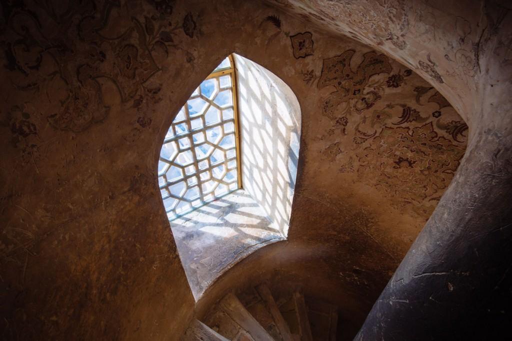 الکساندر پوپکوف. پنجرهای در عالی قاپو، اصفهان، 20 دی 1397. رتبه دوم مسابقه عکاسی ویکی دوستدار یادمانها 2019 ایران