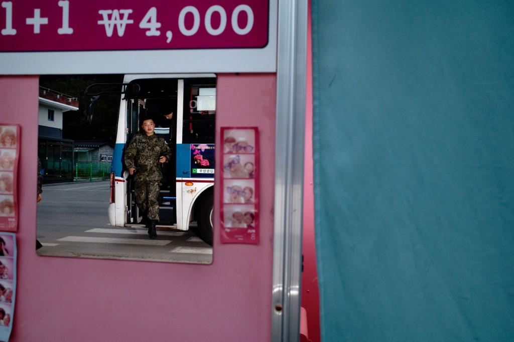 Argus Paul Estabrook از کره جنوبی. اتاق عکس در سانیانگ-ری، کره جنوبی، از مجموعه How to Draw a Line، رتبه دوم بخش مجموعهعکس مسابقه عکاسی سفر لنزکالچر 2020