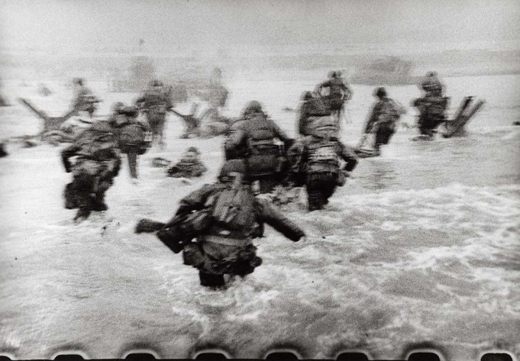رابرت کاپا. حملهی نیروهای آمریکایی در ساحل اوماها طی نبرد D-Day، نرماندی، فرانسه، 1944