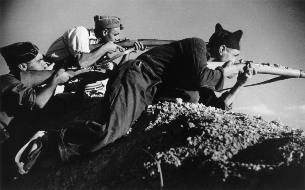 رابرت کاپا. سه شبهنظامی لُیالیست (جمهوریخواه) درون خاکریز، اسپانیا، سپتامبر 1936
