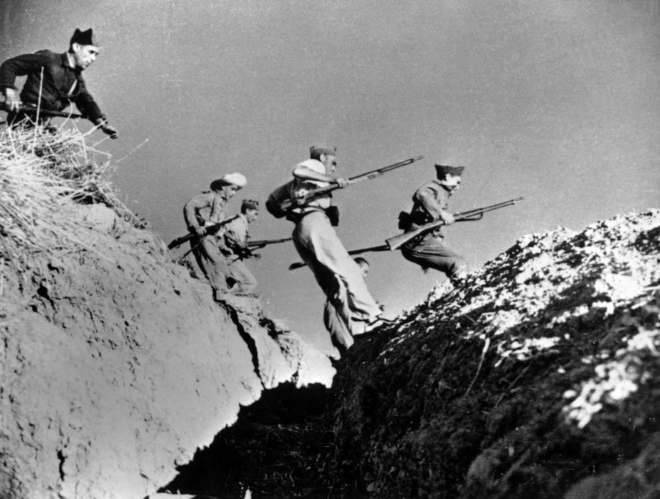 رابرت کاپا. شبهنظامیان لُیالیست (جمهوریخواه) در حال پریدن از روی خاکریز، اسپانیا، سپتامبر 1936