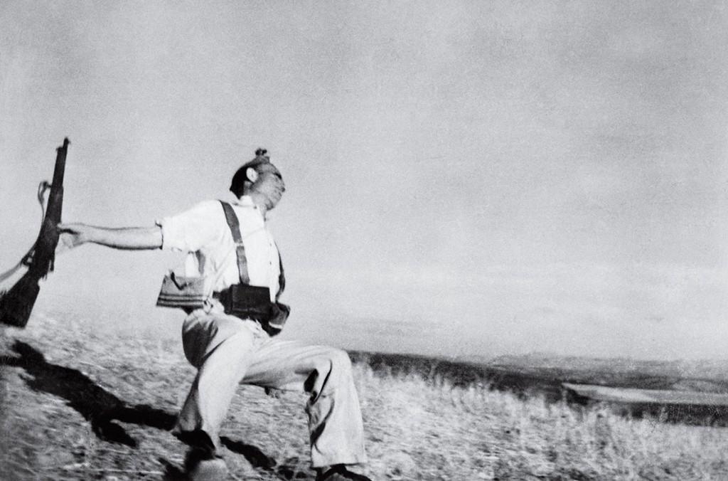 رابرت کاپا. مرگ شبهنظامی لُیالیست (جمهوریخواه)، اسپانیا، سپتامبر 1936