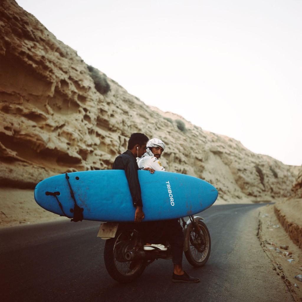 Giulia Frigieri. شمس در حال راندن موتور به سمت ساحل رمین، 2017، از مجموعه Surfing Iran