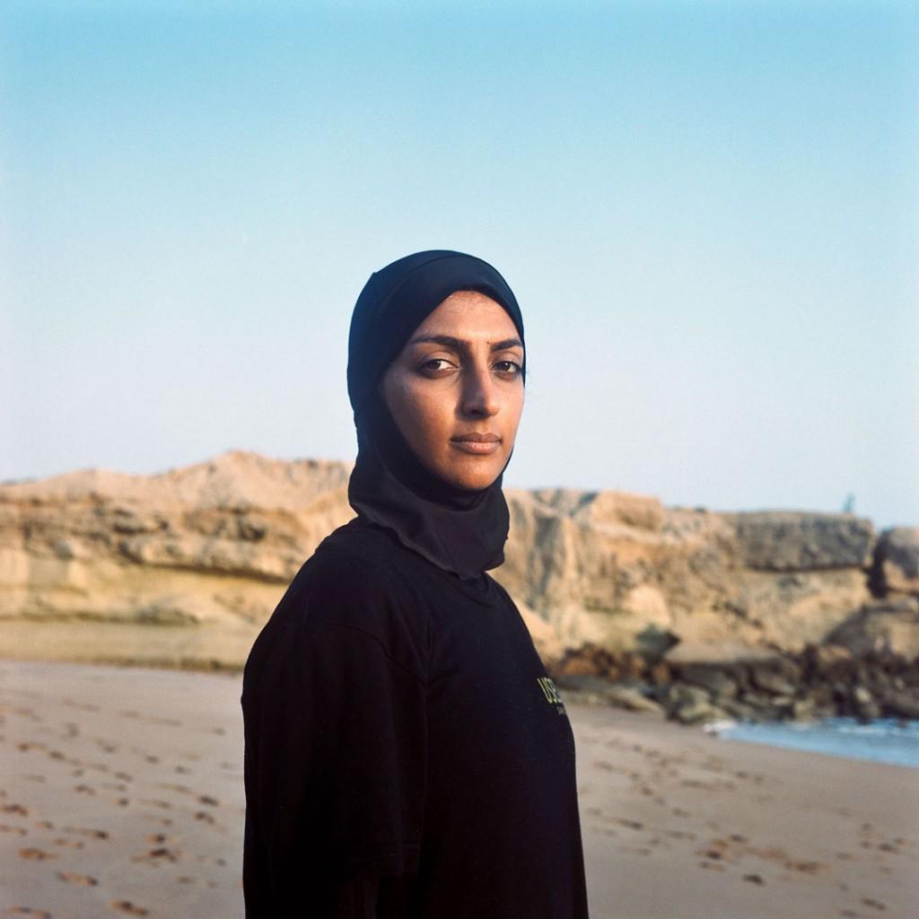 Giulia Frigieri. شهلا یاسینی با پوشش مطابق قوانین پوشش در ایران به موجسواری میرود، 2017، از مجموعه Surfing Iran