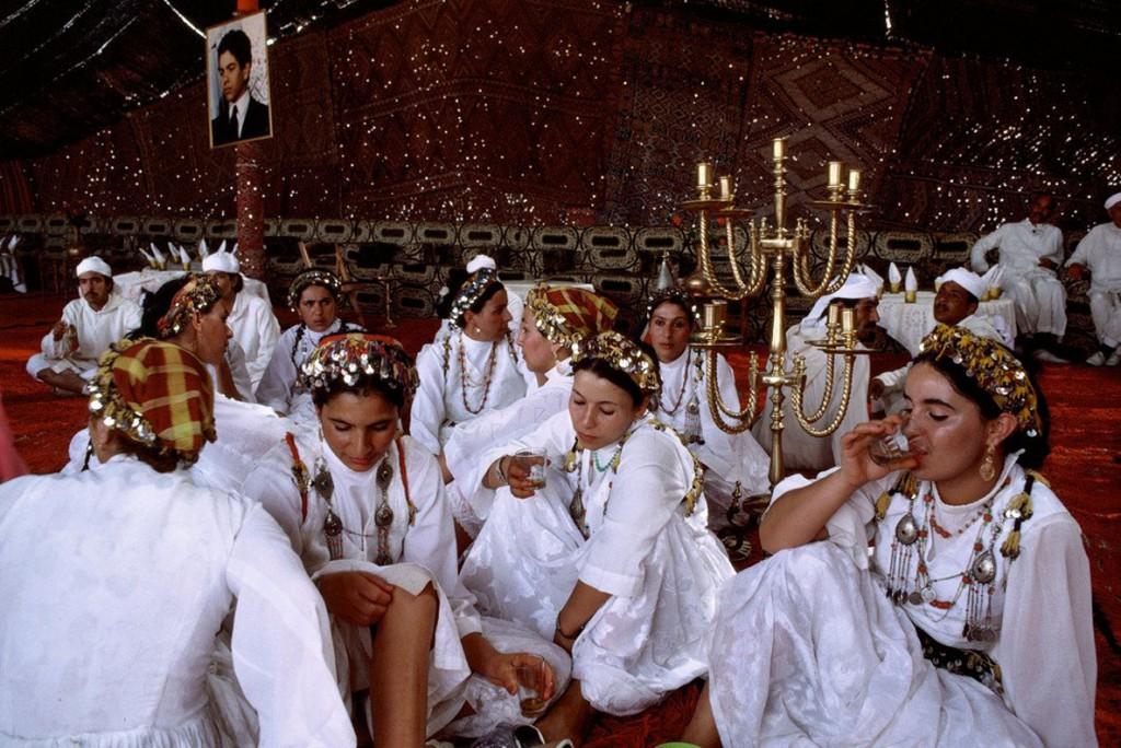 برونو باربی. میهمانانی از سرتاسر مراکش با جامههای محلیشان در جشنی گرد هم آمدهاند، 1987