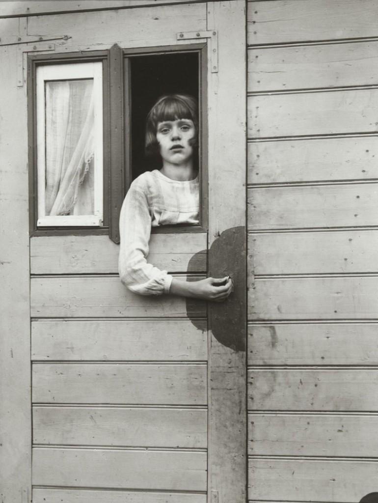آگوست زاندر. دختری در کاروان نمایش، 1926 – 1932