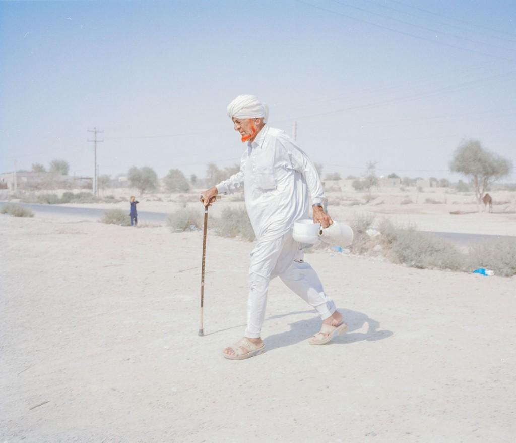 هاشم شاکری. از مجموعهی Elegy for the Death of Hamun نظر محمد، 80 ساله، در پی جمع کردن آب، آبی که معمولاً شور است.