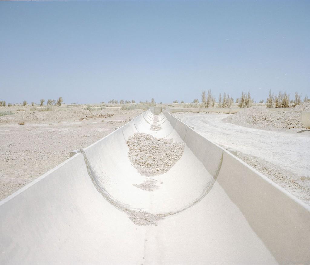 هاشم شاکری. از مجموعهی Elegy for the Death of Hamun در این ناحیه پروژههای آبرسانی نیمهتمامی وجود دارند که هیچگاه به بهرهبرداری نرسیدند، از جمله این کانال بتونی، پروژهای که از 25 سال قبل شروع شده.