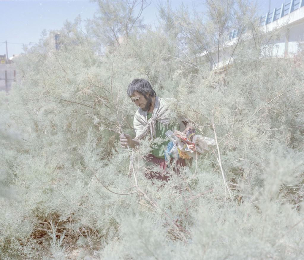هاشم شاکری. از مجموعهی Elegy for the Death of Hamun هویدا، 30 ساله. او در حوالی سد زهک زندگی میکند، سدی که تا پیش از این پر از آب بود. او میگوید به فقر و اعتیاد دچار است و به ته خط رسیده.