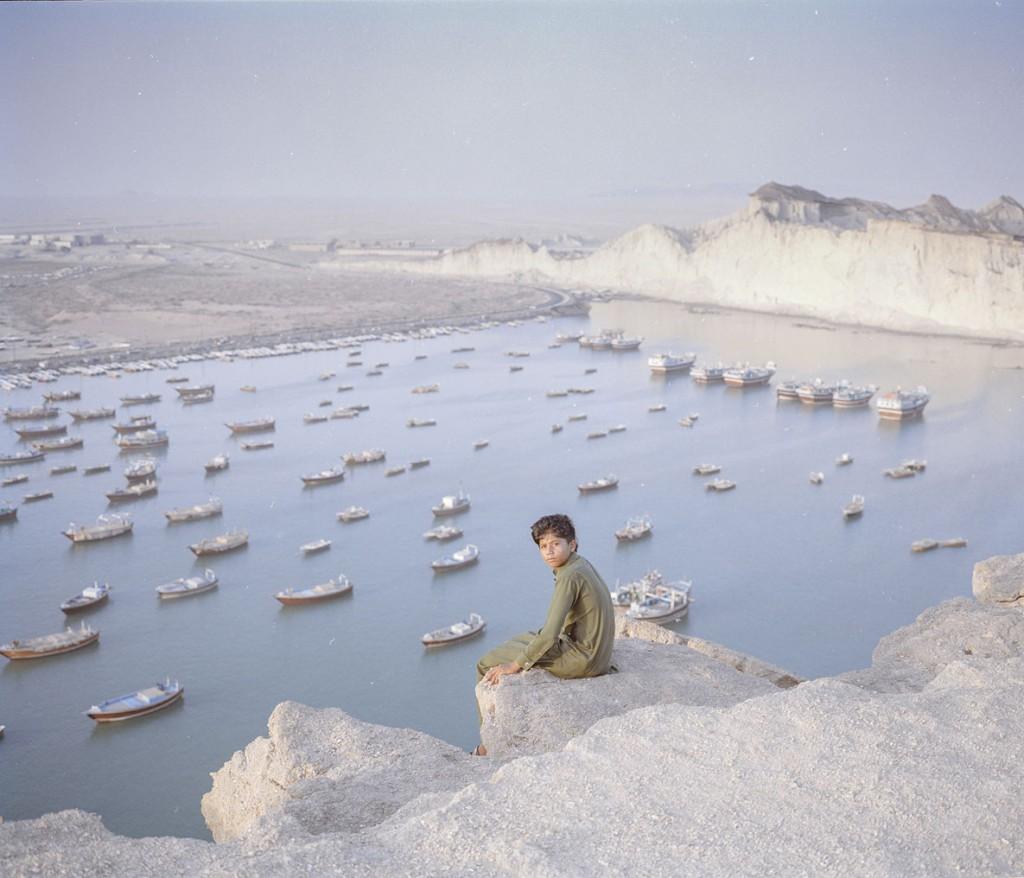 هاشم شاکری. از مجموعهی Elegy for the Death of Hamun حسین، 13 ساله، از روستای بریس، چابهار، در کنار دریا قرار دارد اما دسترسی امنی به آب آشامیدنی سالم ندارد.