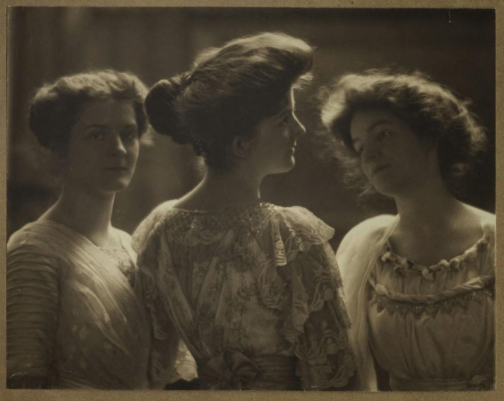 الیاس گلدناسکای. پرترهی سه بانو، ۱۹۱۵. نمونهی یک عکس پیکتوریالیستی
