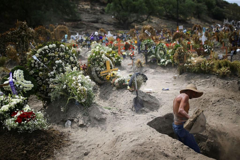 Edgard Garrido از رویترز. کارگری در قبرستان در حال حفر قبرهای جدید در دوران همهگیری ویروس کرونا، حوالی مکزیکوسیتی، مکزیک، 10 ژوئن 2020