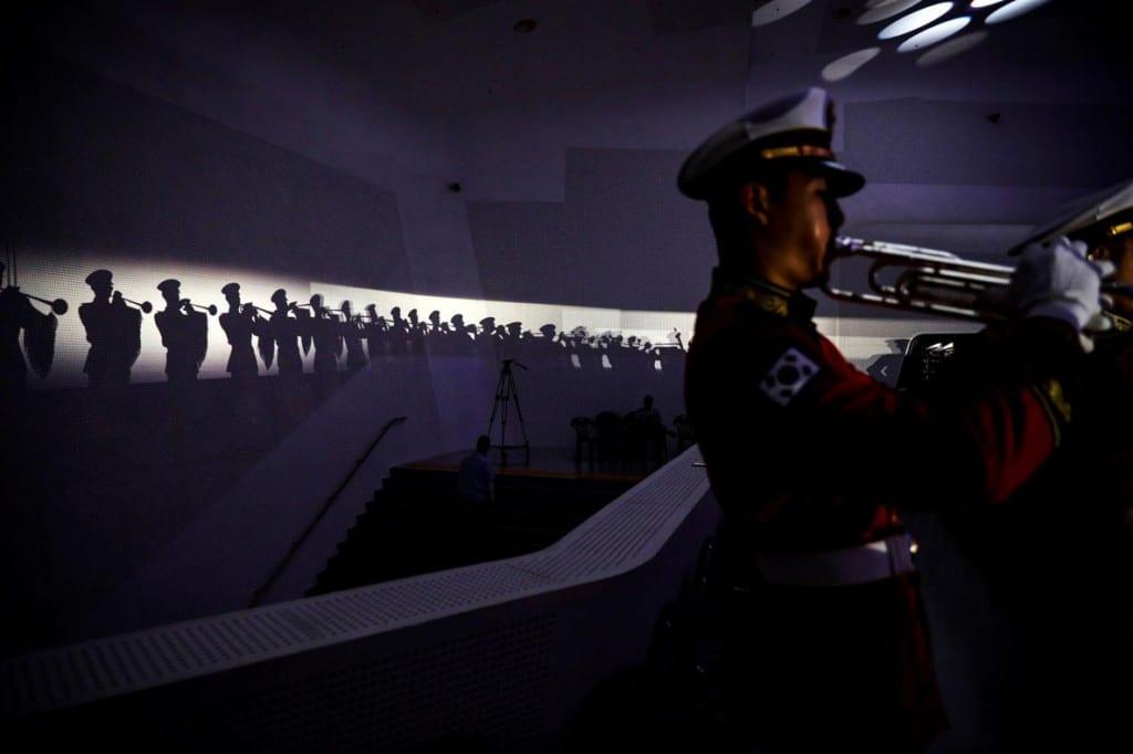 Kim Hong-Ji از رویترز. یکی از اعضای گروه نوازندگان مارش نظامی طی مراسم بزرگداشت مشارکت نیروهای سازمان ملل متحد در جنگ کره، سئول، کره جنوبی، 27 جولای 2020