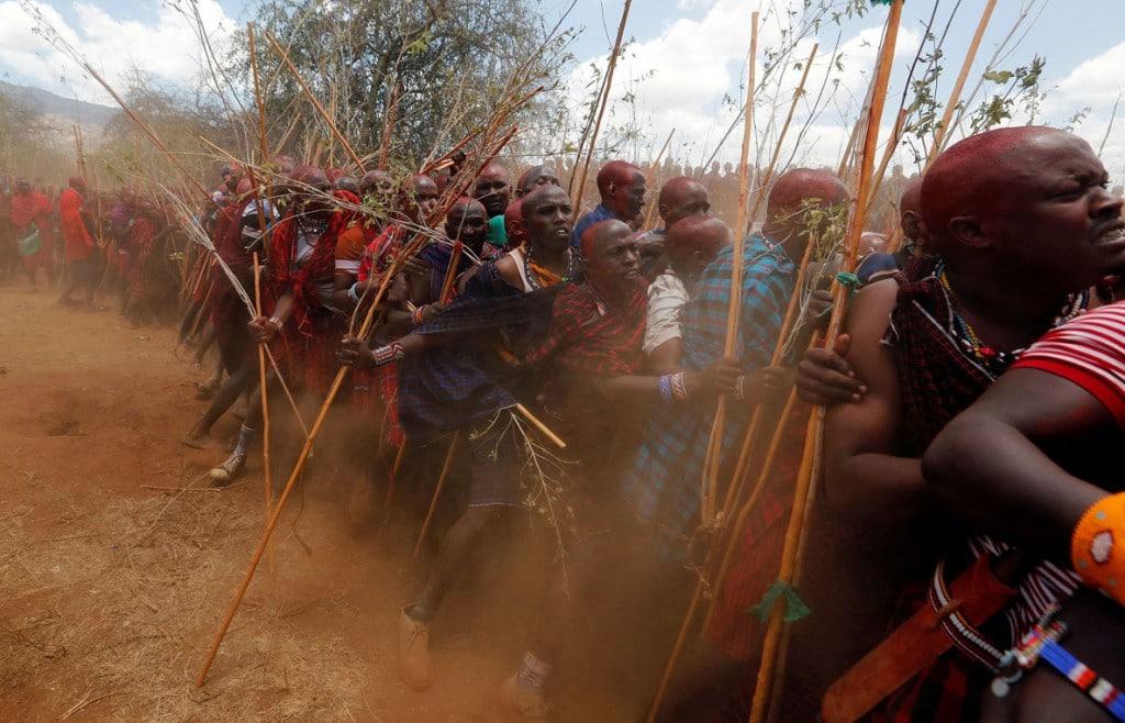 Thomas Mukoya از رویترز. مردان ماسایی در راهپیمایی مراسم Olng'esherr (گوشتخوران) برای متحد کردن دو گروه سِنی، پس از تعویق این مراسم بهعلت همهگیری ویروس کرونا. کنیا، 23 سپتامبر 2020